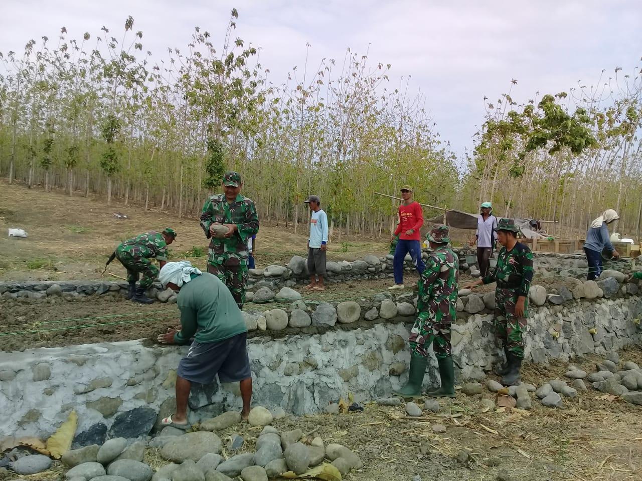 ANGGOTA TNI BERSAMA MASYARAKAT PERCEPAT PEMBUATAN  TALUD