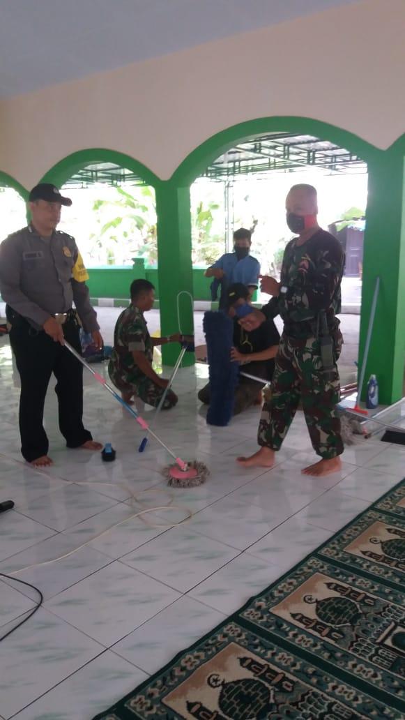 Tim Resik-Resik Bersihkan Masjid Al Ikhsan