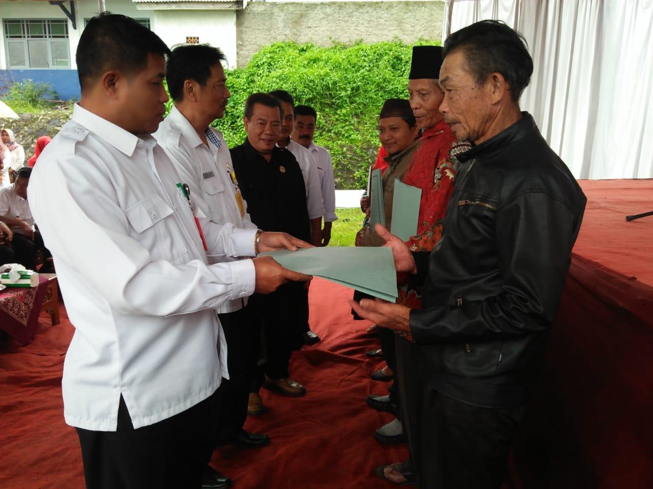 Babinsa Koramil 13/Pulosari Hadiri Penyerahan Sertifikat Program Nasional PTSL