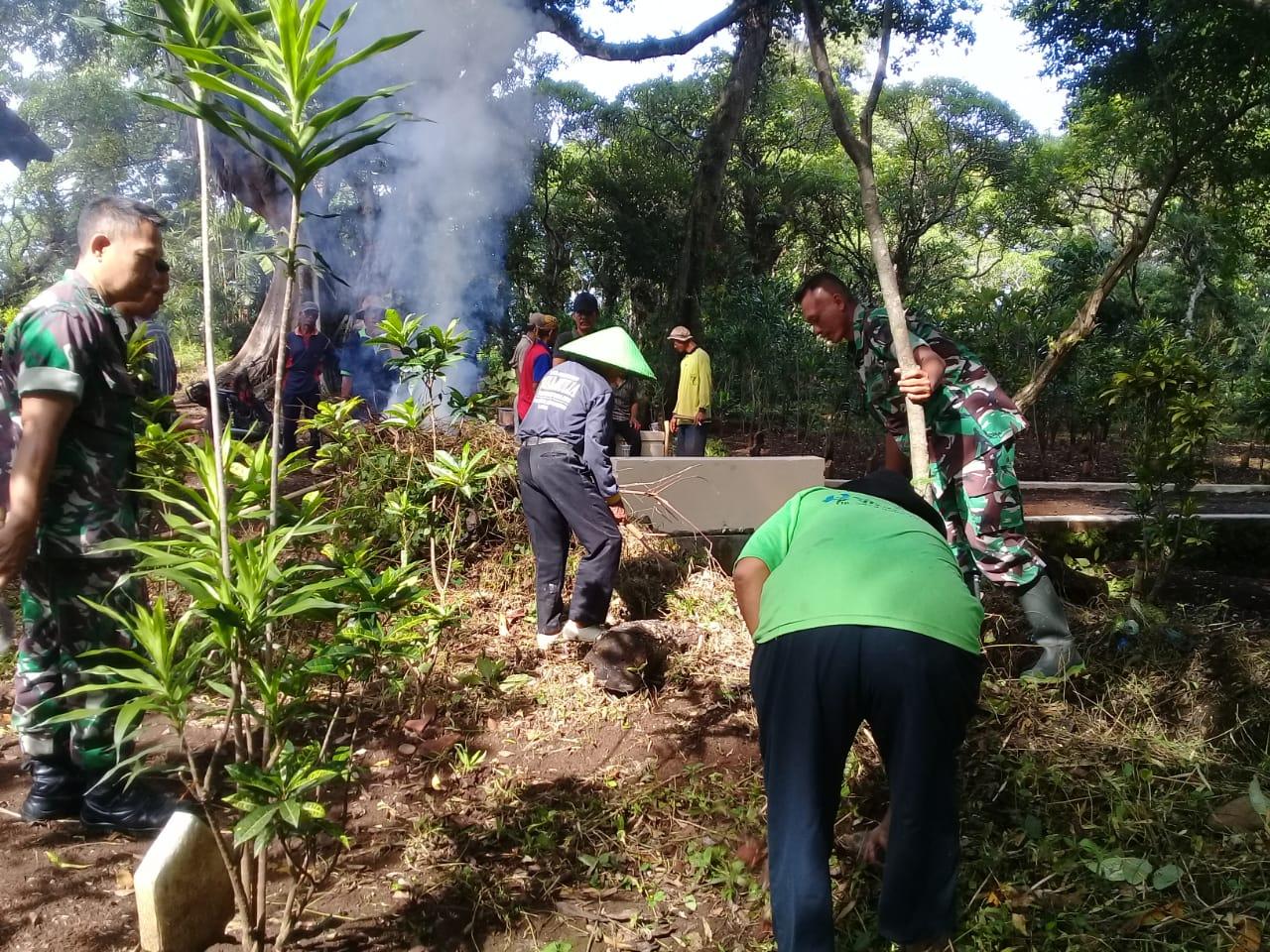 Anggota Koramil 08/Randudongkal Bersih Bersih Makam Bersama Masyarakat