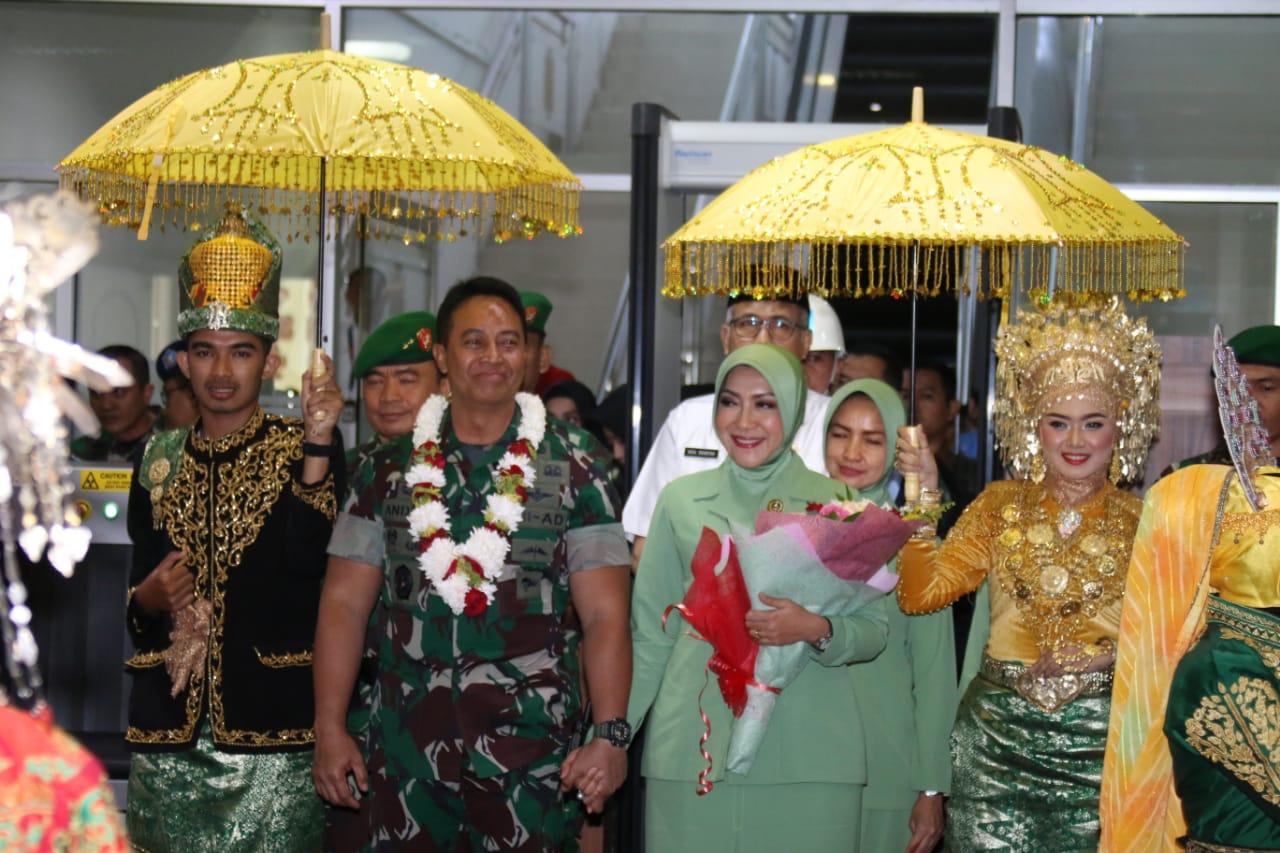Tiba di Aceh, Kasad dan Ny. Hetty Andika Perkasa Disambut Upacara Adat Peusijuek