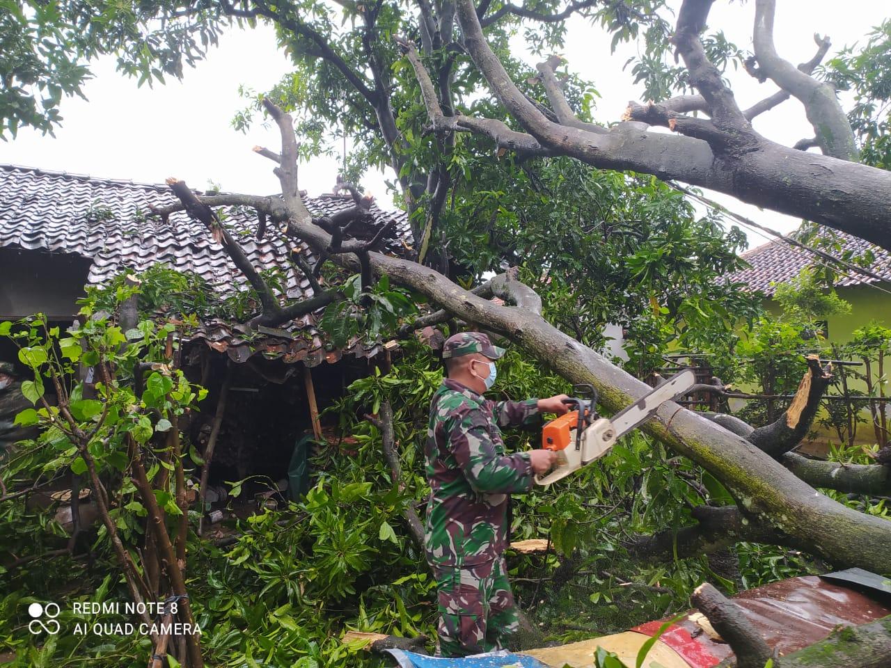 Angin Kencang Terjang Puluhan Rumah Warga Asemdoyong
