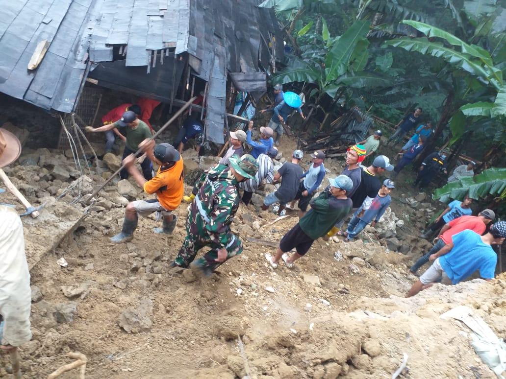 Babinsa Watukumpul Evakuasi Korban Bencal Tanah Longsor