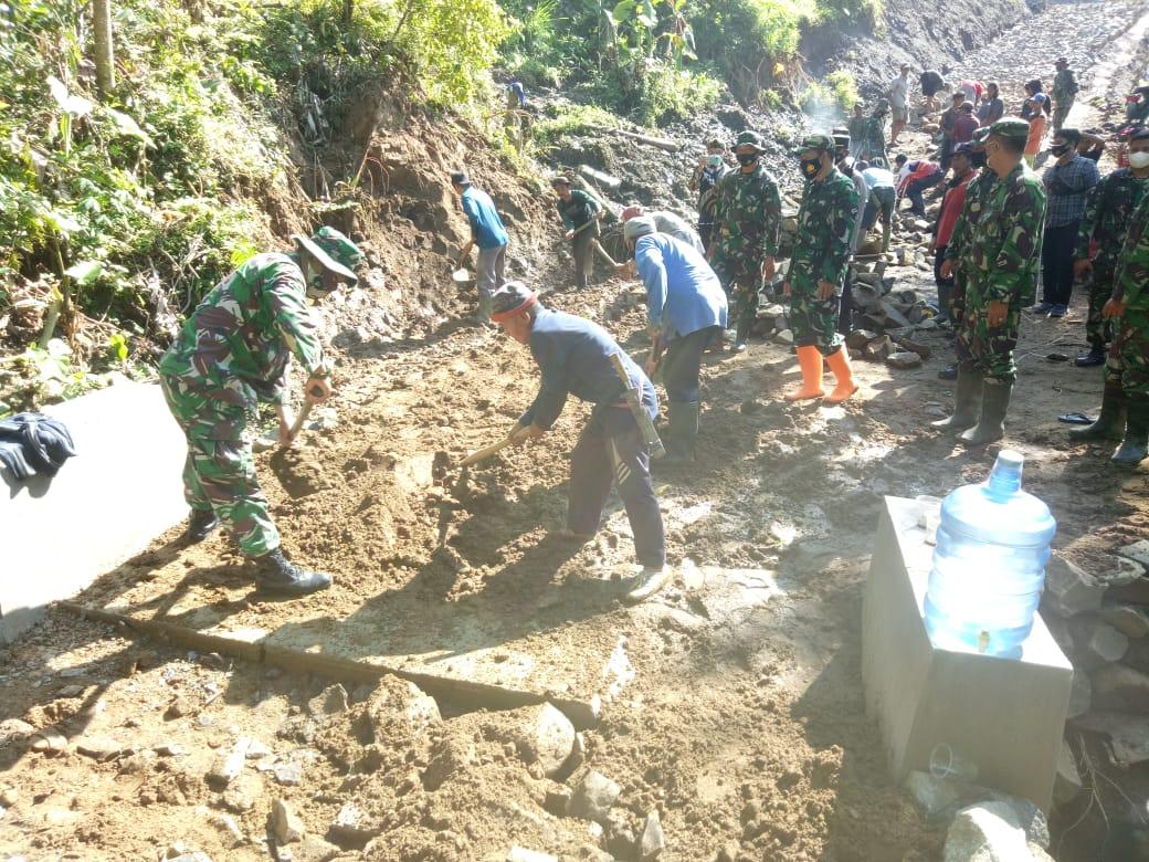 Kunjungi Lokasi TMMD Desa Simpur, Tim WasevKorem 071/Wk Mengaprrsiasi Semangat Para Pekerja