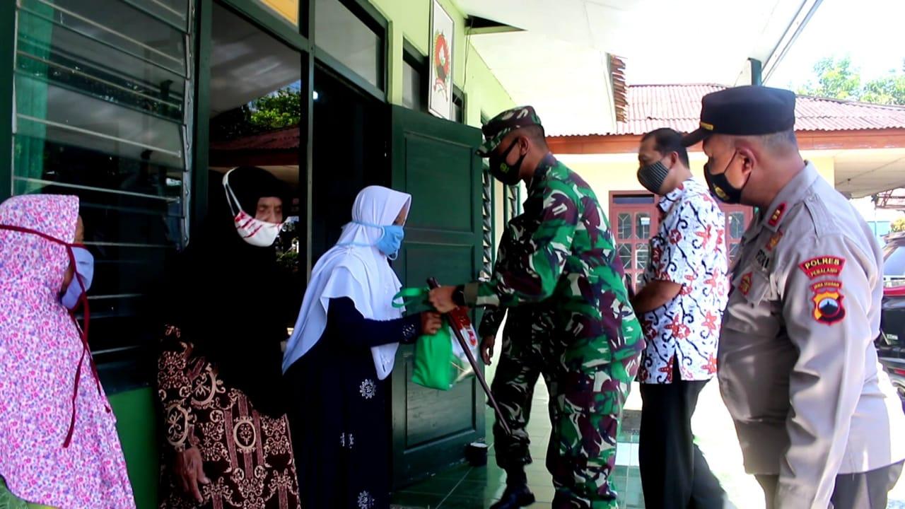 Peduli Masyarakat Terdampak Covid-19, Dandim Pemalang Bagikan Paket Sembako di Watukumpul